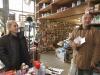 Maryse-gère-la-quincaillerie-au-quotidien-entre-commandes-livraisons-et-laccueil-des-clients