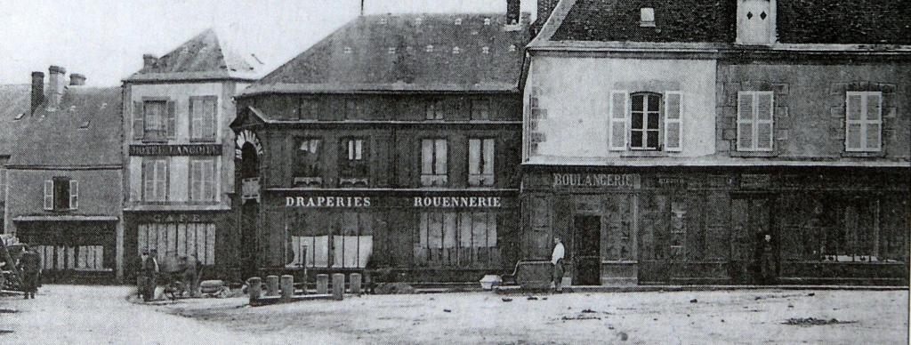 """De gauche à droite : """"Au bon marché"""", la boulangerie et le marchand de chaussures."""