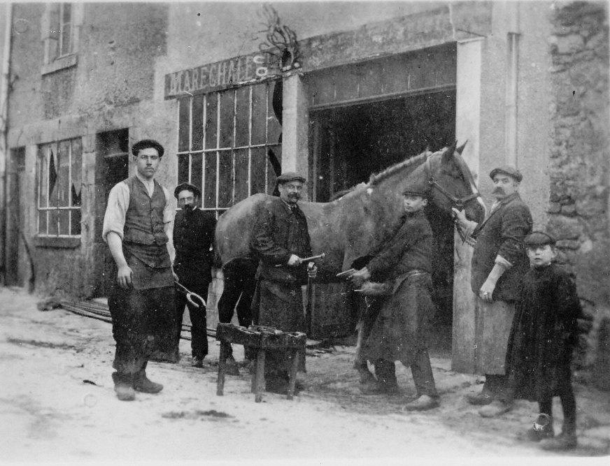 Le Maréchal-ferrant Lescaroux a laissé la place au salon de coiffure puis, plus tard, au débit de tabac.